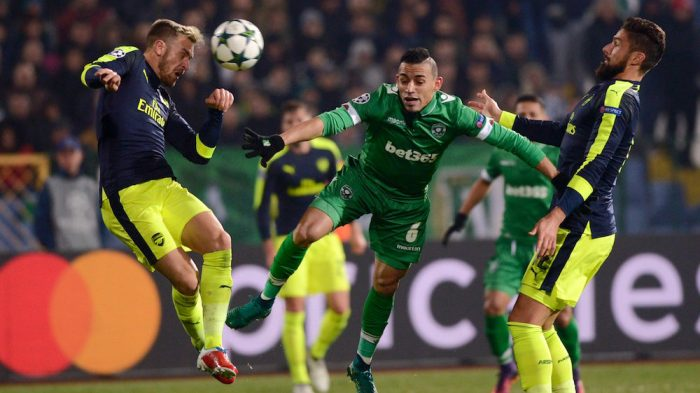 Ludogorets' Brazilian defender Natanael (C) vies with Arsenals midfielder Aaron Ramsey (L) and French forward Olivier Giroud (R) during the UEFA Champions League Group A football match between PFC Ludogorets and Arsenal, on November 1, 2016 at the Vassil Levski stadium in Sofia. / AFP / NIKOLAY DOYCHINOV (Photo credit should read NIKOLAY DOYCHINOV/AFP/Getty Images)