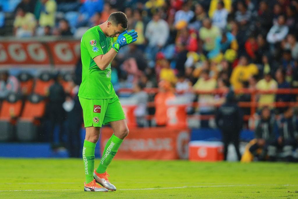 62af49afe19 🎥 Club América's Agustín Marchesín kicks a youth player in training
