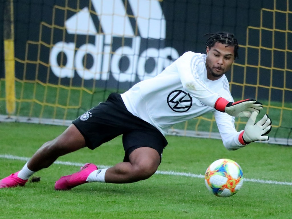 🎥 Serge Gnabry can do it all after showing off his goalkeeping skills