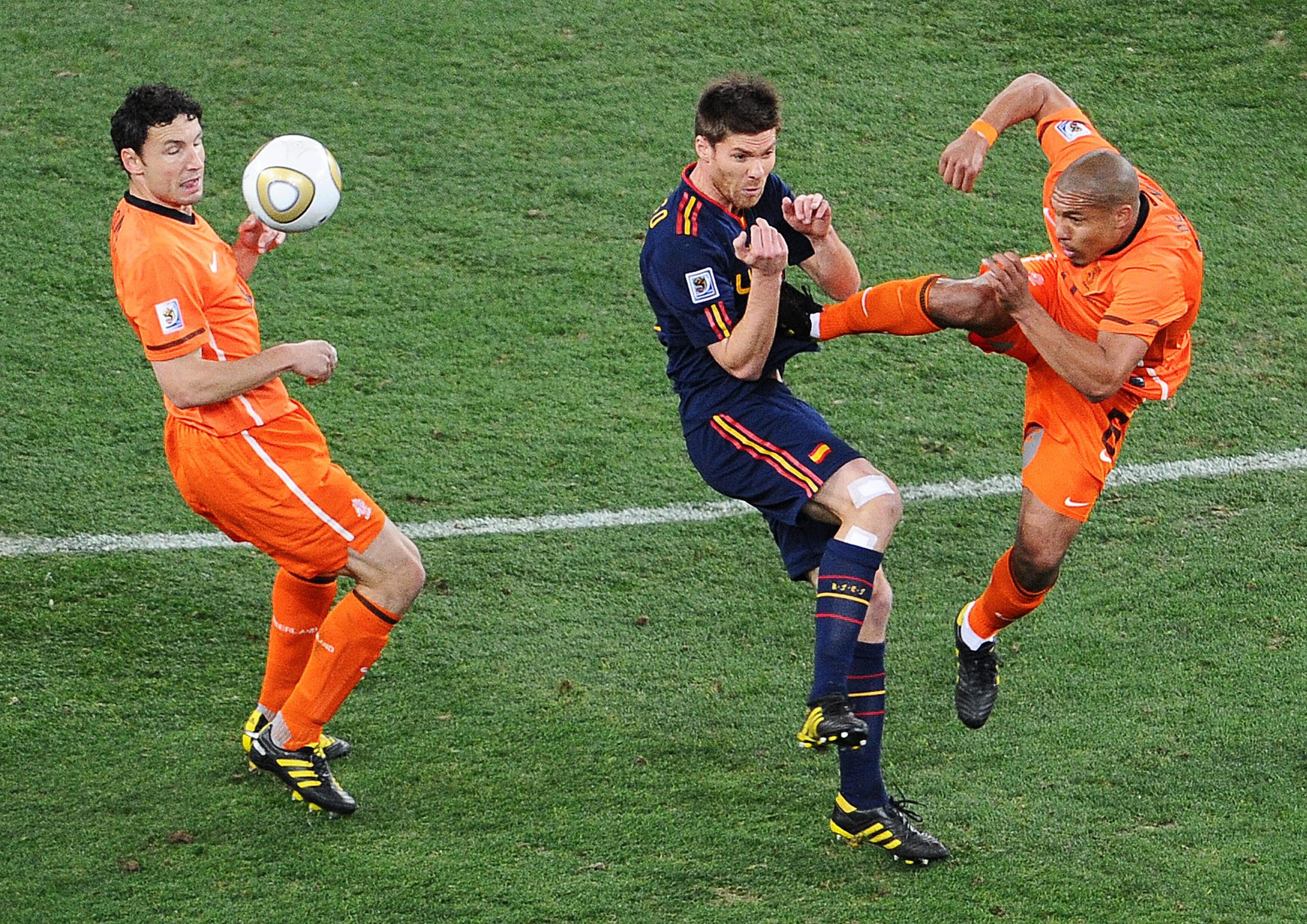 Netherlands-midfielder-Nigel-de-Jong-R-1571654490.jpg