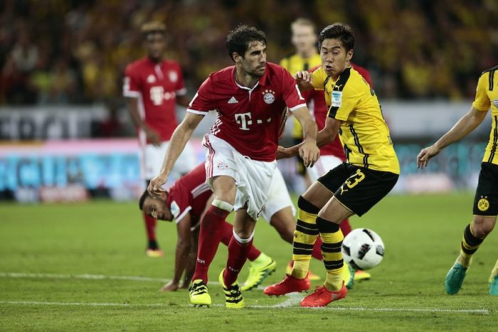 DORTMUND, GERMANY - AUGUST 14: Shinji Kagawa (R) of Dortmund and Javi Martinez (L) of Munich compete for the ball during DFL Supercup 2016 match between Borussia Dortmund and FC Bayern Muenchen at Signal Iduna Park on August 14, 2016 in Dortmund, Germany. (Photo by Oliver Hardt/Bongarts/Getty Images)