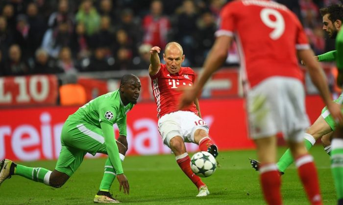 MUNICH, GERMANY - OCTOBER 19: Arjen Robben (C) of FC Bayern Muenchen shoots on the goal and Robert Lewandowski (R) of FC Bayern Muenchen scores with the deflected ball during the UEFA Champions League match between FC Bayern Muenchen and PSV Eindhoven at Allianz Arena on October 19, 2016 in Munich, Germany. (Photo by Lennart Preiss/Bongarts/Getty Images)
