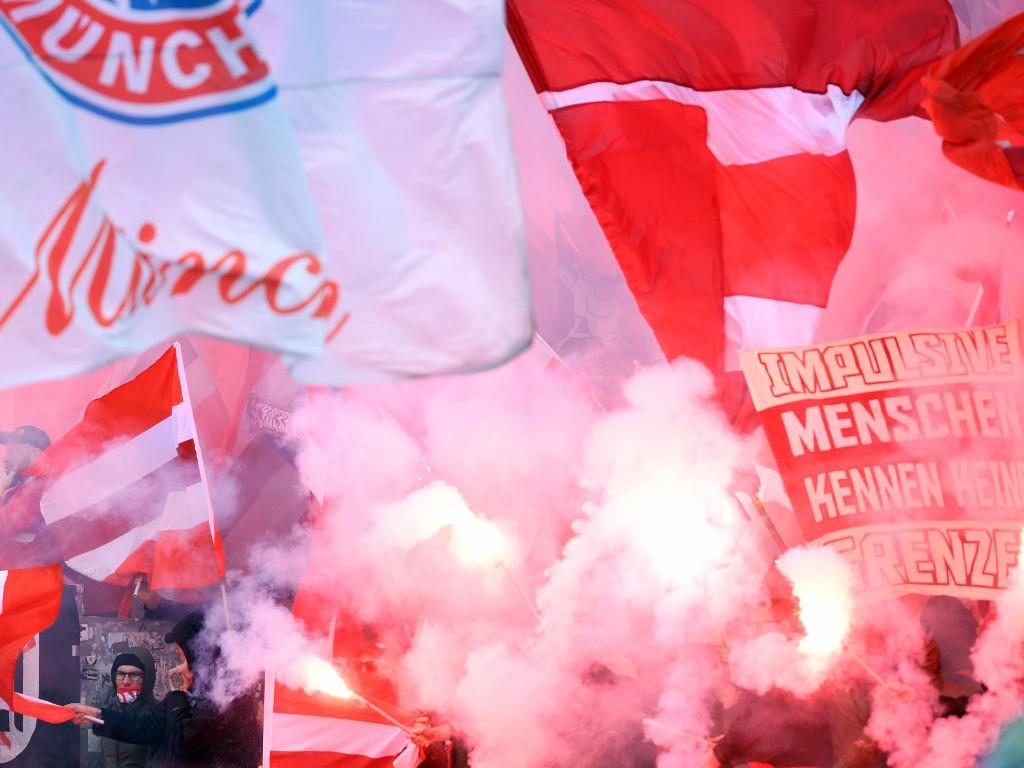 🎥 in Berlin: Bayern-Fans singen sich warm und verarschen den BVB