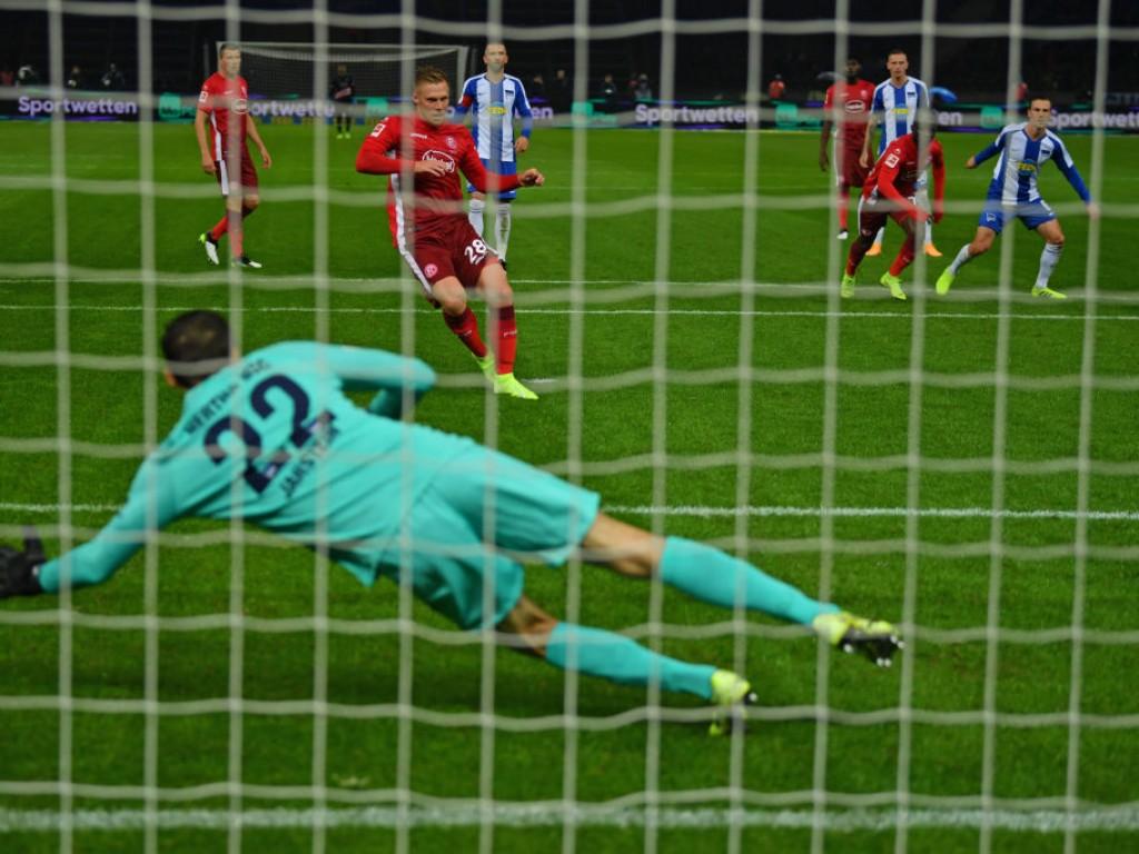 Elfmeter-Hattrick: Hertha verursacht auch gegen Fortuna Strafstoß