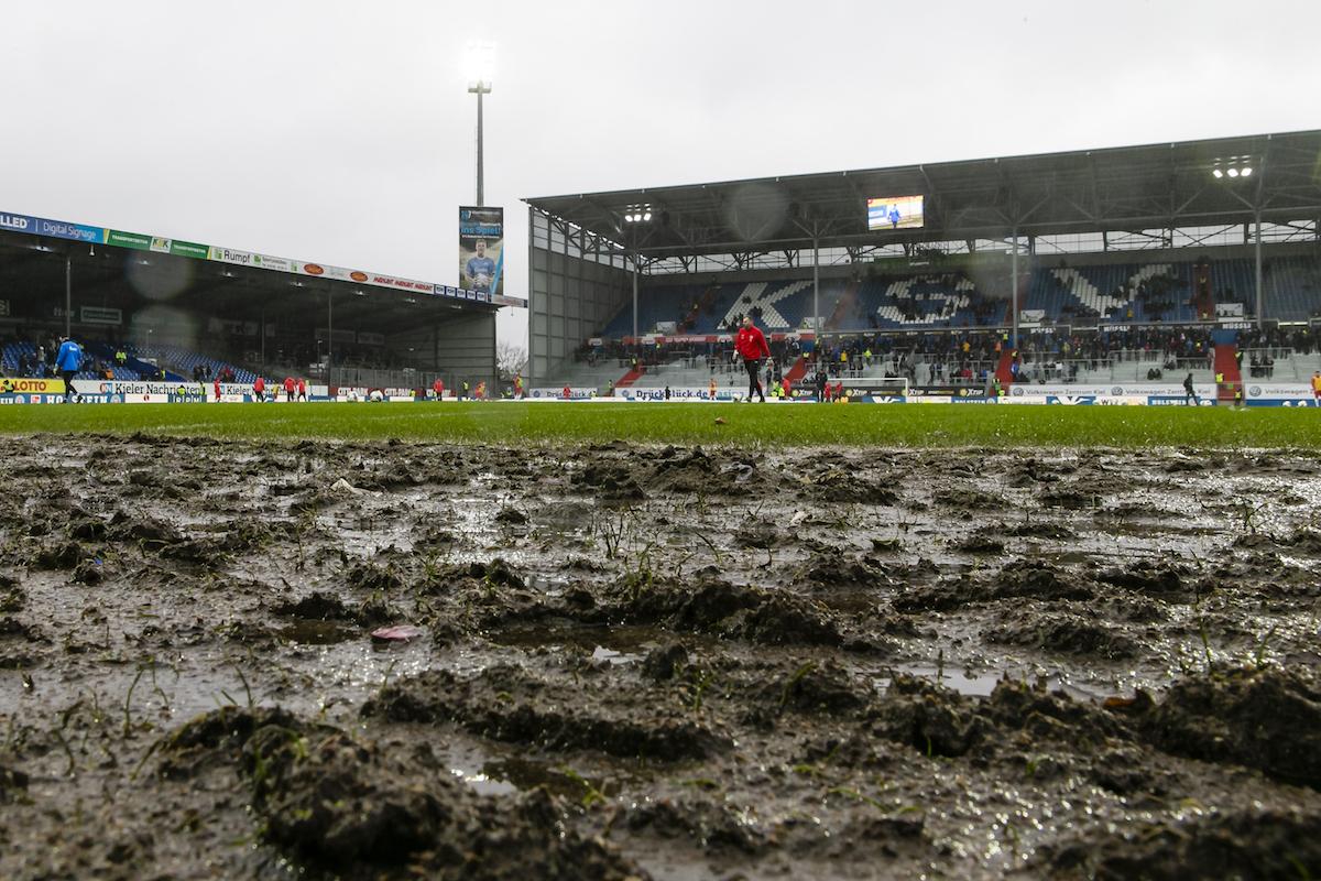 """📸 Abpfeifen! Der """"Rasen"""" in Kiel reicht nicht mal für die Kreisliga"""