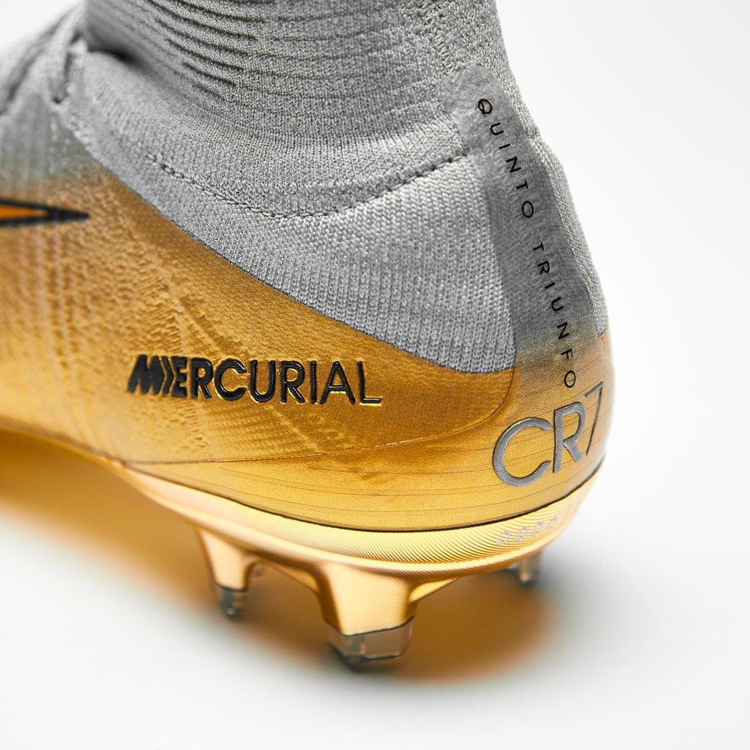 Cristiano tem chuteiras novas para comemorar a Bola de Ouro 2e500bca6faf2