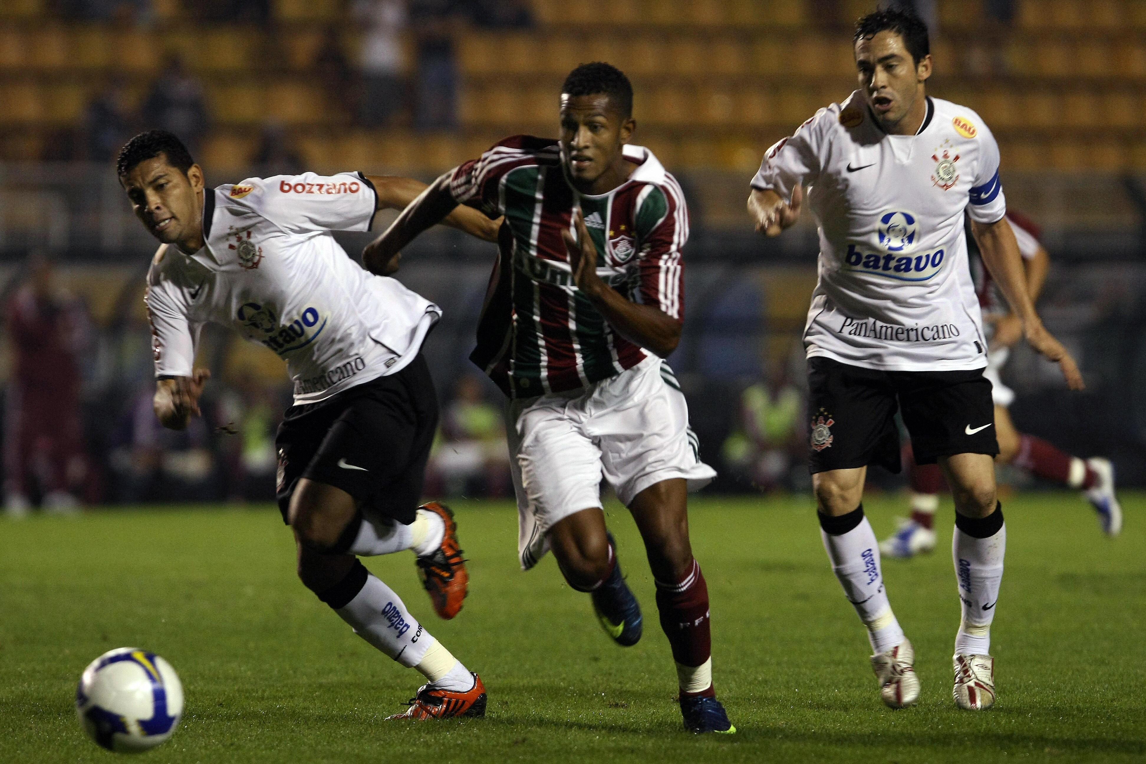 Maicon-C-of-Fluminense-dribbles-past-1547247977.jpg
