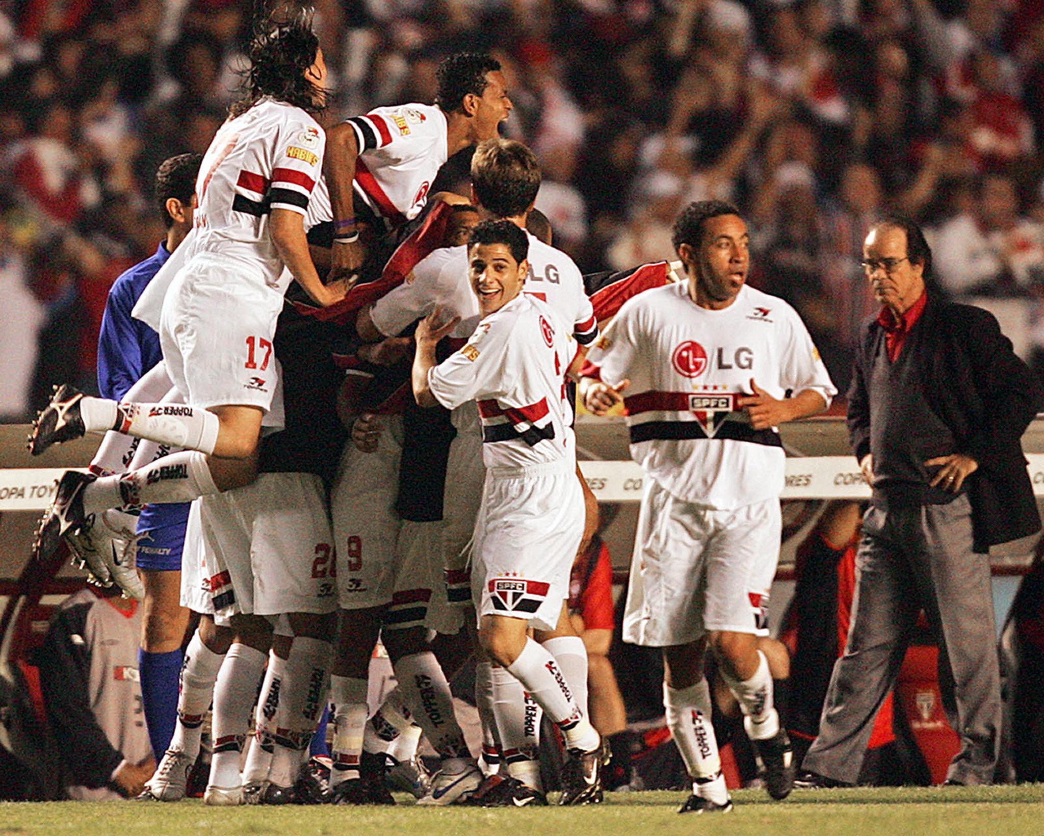 Sao-Paulo-players-celebrate-with-Amoroso-1568249579.jpg