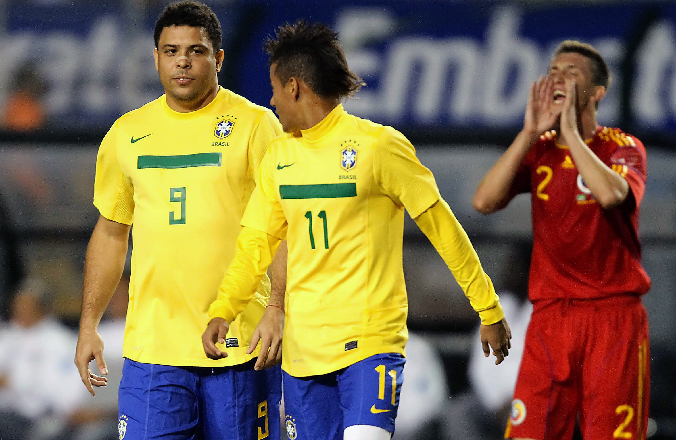 Brazils-Ronaldo-Nazario-L-walks-next-1570640640.jpg